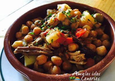 ropa vieja comida tipica plato de garbanzos con carne de las islas canarias adeje